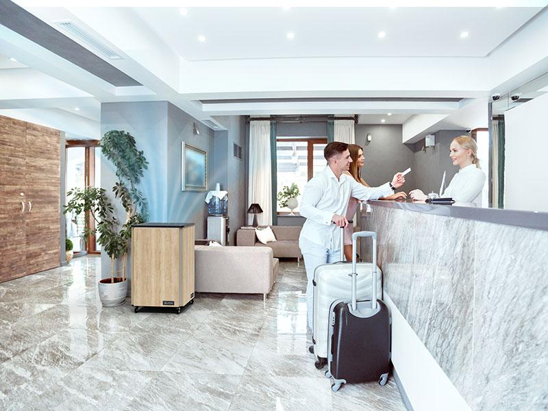 Luftklar Luftreiniger erzeugt sichere Raumluft in der Lobby eines Hotels