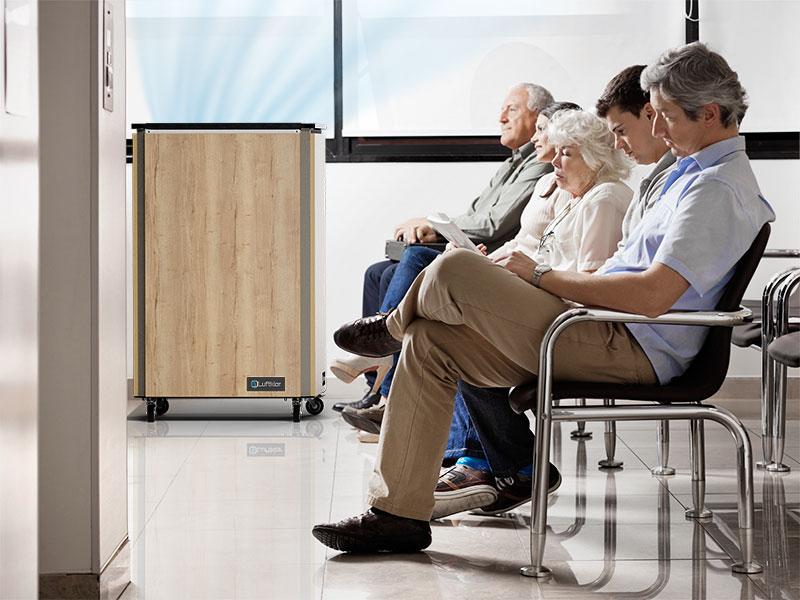 Luftklar Luftreiniger erzeugt sichere Raumluft beim Arztbesuch im Wartezimmer